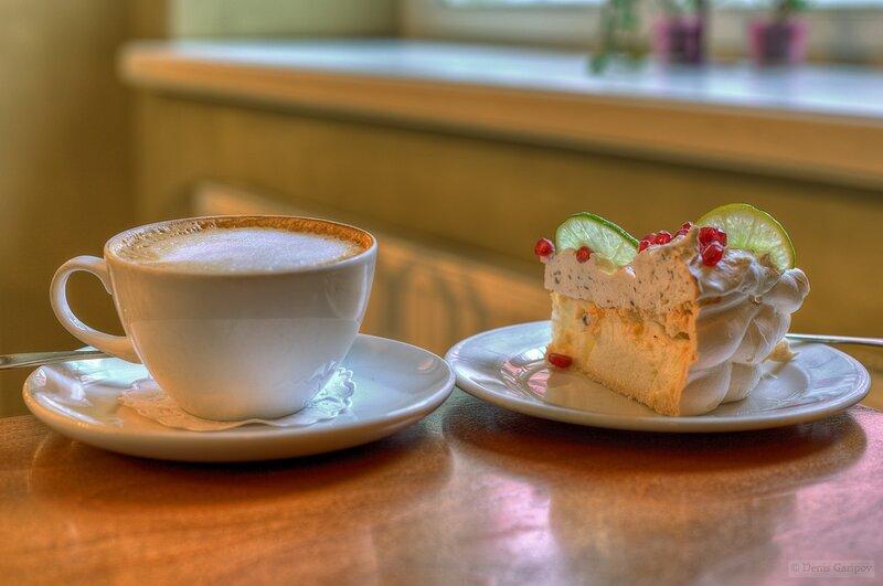 Открытка с пирожными и кофе