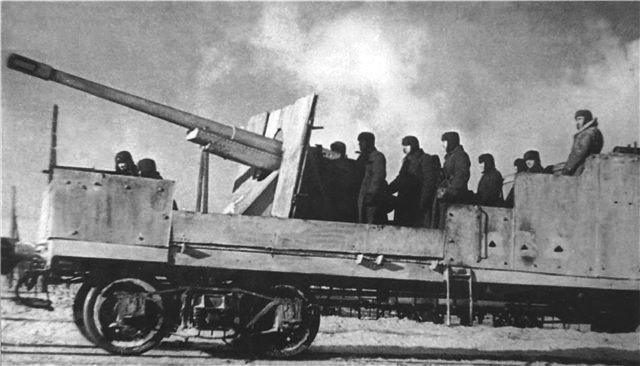 Бронеплатформа со 107-мм пушкой образца 1910/30гг на тумбовой установке.
