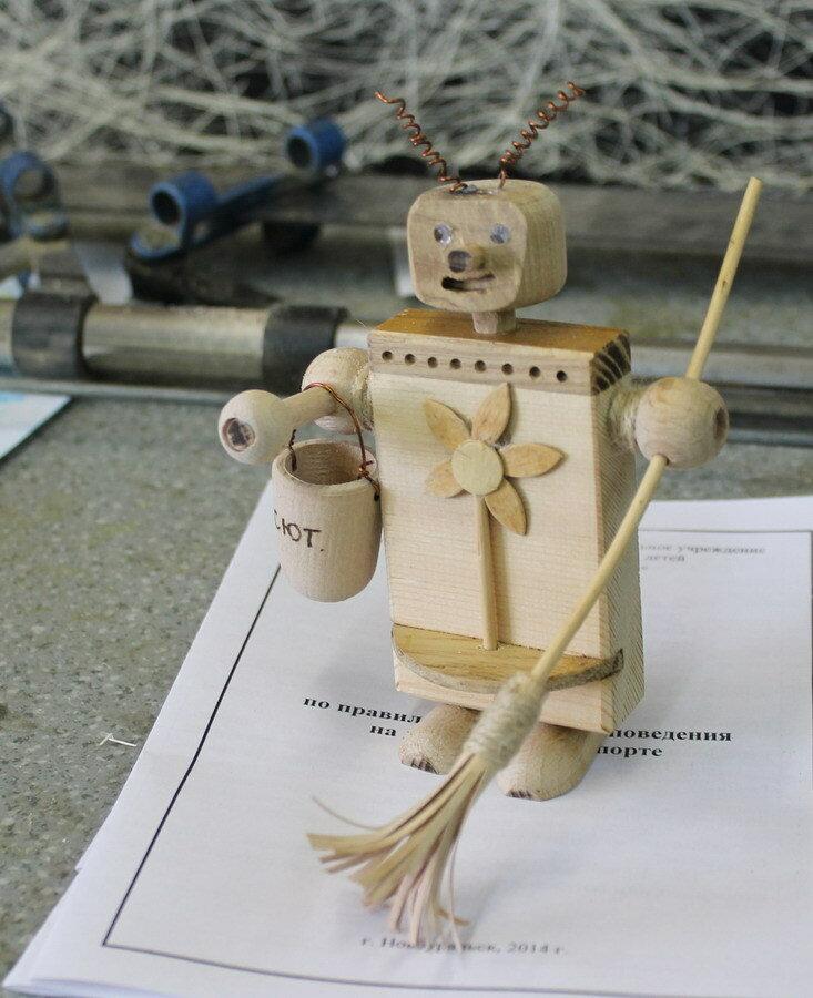 Деревянный робот с метлой