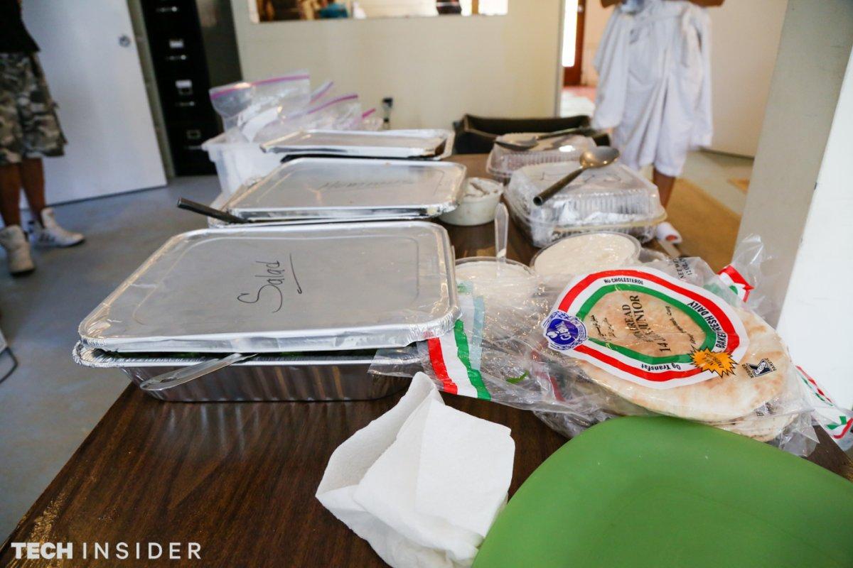 Пока все едят, Мерфи ищет на Google Images фотографии Сьюзан Сарандон и Джины Дэвис из драмы «Тельма