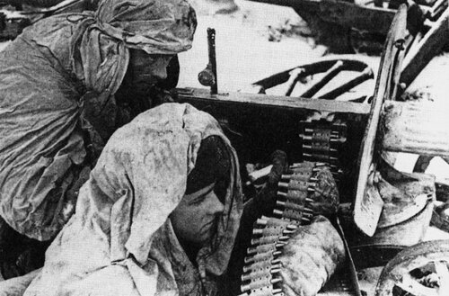 46.Расчет пулемета «Максим» готовится дать бой. Волховский фронт. 43.jpg