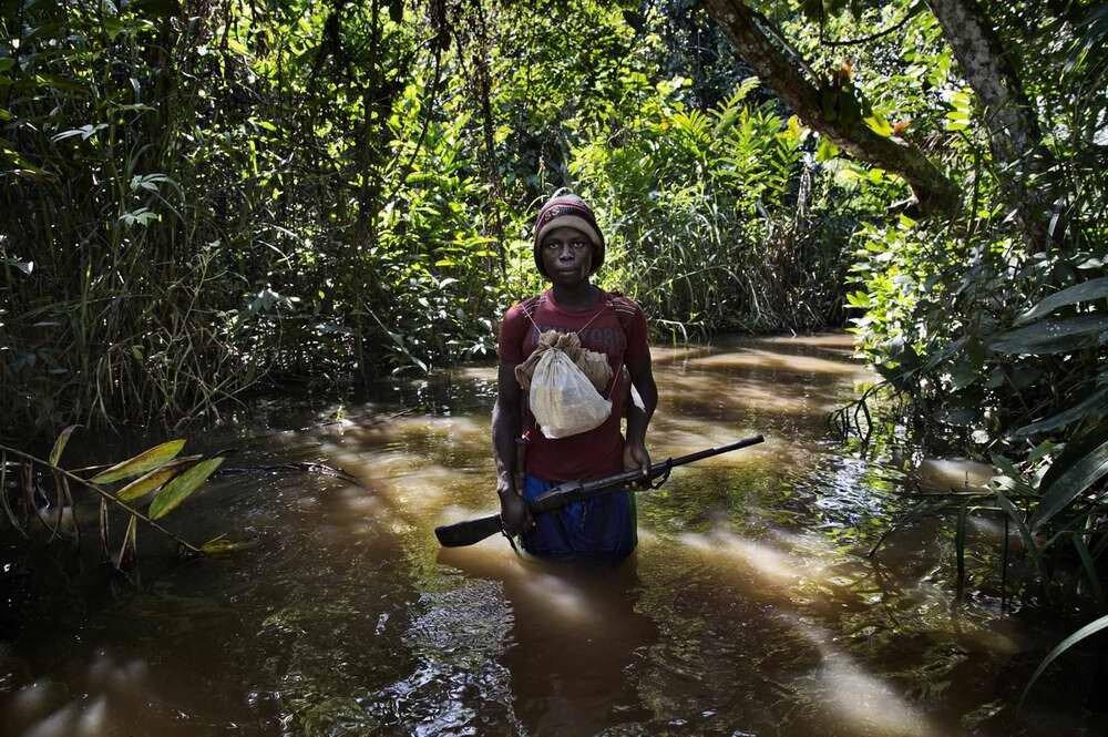 Одиночный боец христианского движения Anti-Balaca, вышедший на окраину джунглей