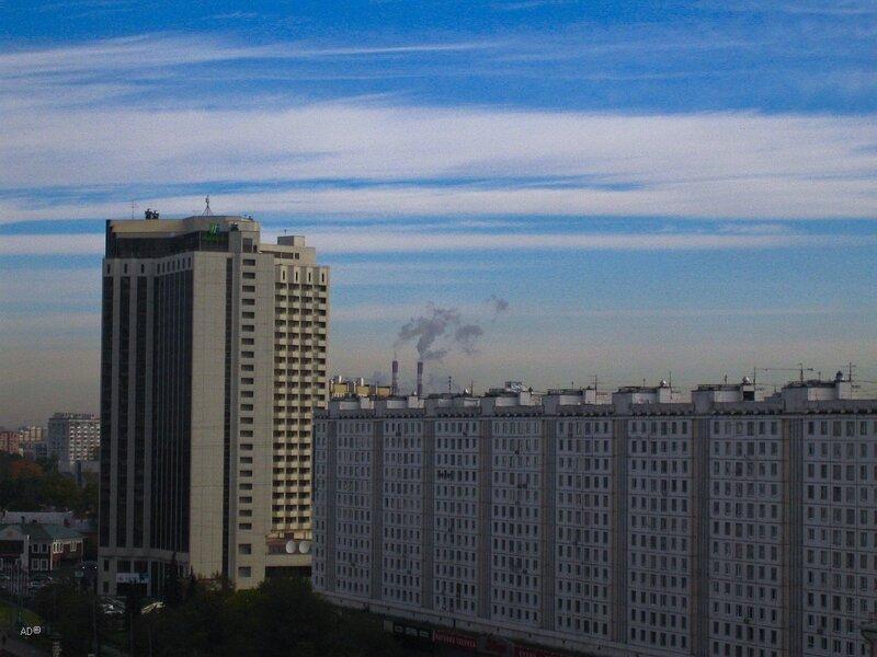 Гостиница «Холидей Инн Сокольники», четырнадцатиэтажный девятиподъездный панельный жилой дом серии II-57 с двухэтажным стилобатом