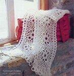 Белый вязанный шарф и красная сумка.