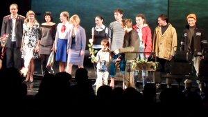 Зрители актёрам аплодируют стоя