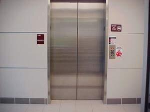 В домах Владивостока продолжается установка новых лифтов