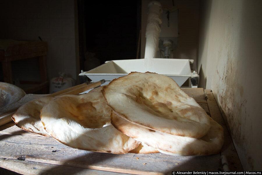 Абхазия: как делают лаваш в тандыре 0_5ea59_245e8cc4_XXL