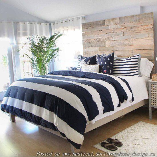 полосатое одеяло на кровати. морской стиль