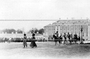 Вынос полкового знамени во время парада полка.