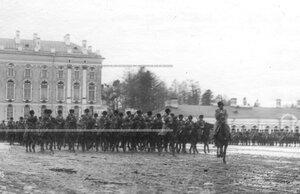 Казачья сотня на церемониальном марше во время парада полка .