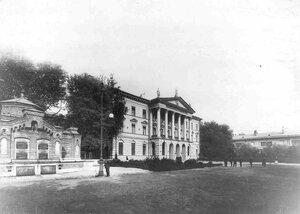 Внешний вид здания Государственного банка со стороны Садовой улицы, на переднем плане - печь для сжигания испорченных денежных знаков и ценных бумаг.