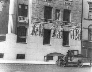 Автомобиль у здания Азовско-Донского коммерческого банка.