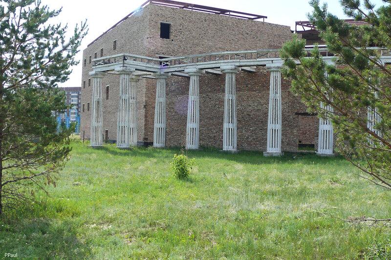 остатки памятника архитектуры - Летний театр, уникальное деревянное здание, построенное в 1949 году японскими военнопленными.