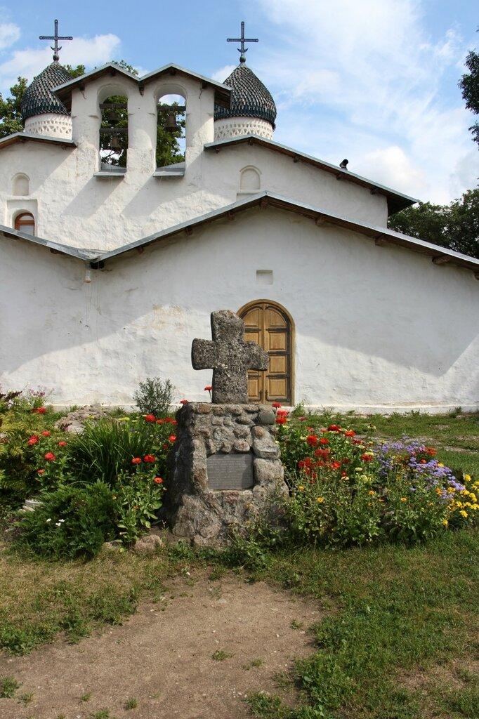 Южный крест на месте явления Божьей Матери. Захоронения защитников Пскова