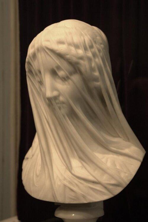 «Мраморная вуаль». Дева Мария из мрамора в исполнении Джованни Страцца. Середина XIX века.