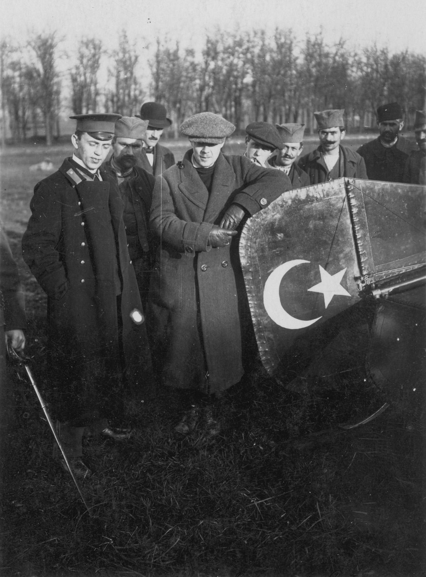 Русские: летчик Агафонов и механик Савельев перед монопланом REP в Banjici, Сербия, Первая балканская война, 1912-1913 г.г..jpg