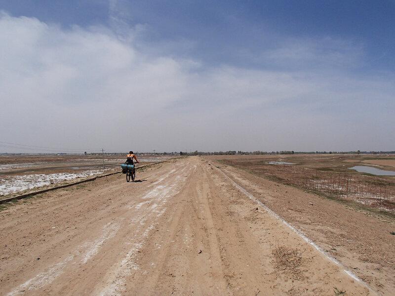 дамба вдоль реки хуанхэ во внутренней монголии