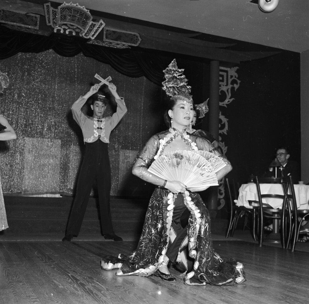 Китайские танцоры выполняют сложные номера