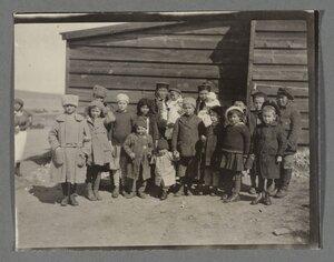 21. В семьях офицеров в лагере рождались дети