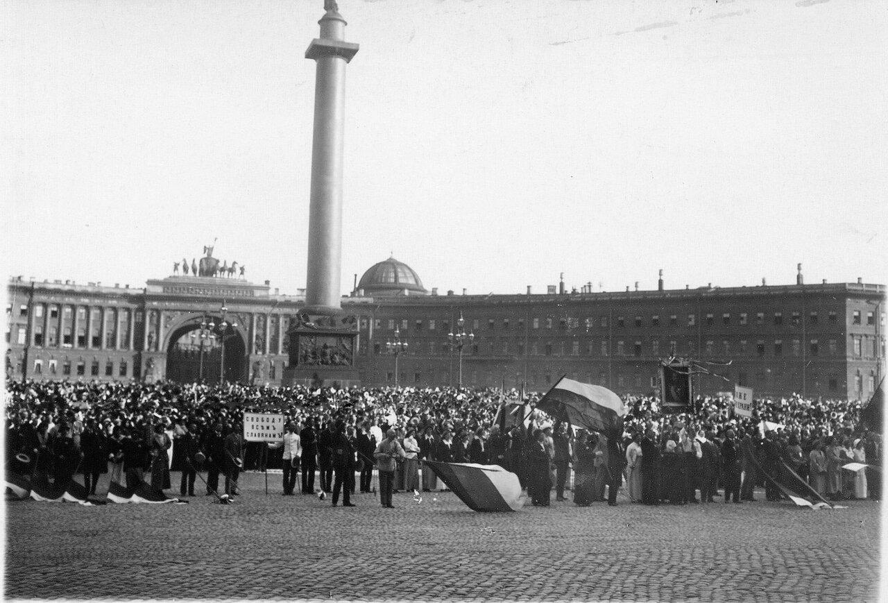 13. На Дворцовой площади во время чтения манифеста об объявлении войны
