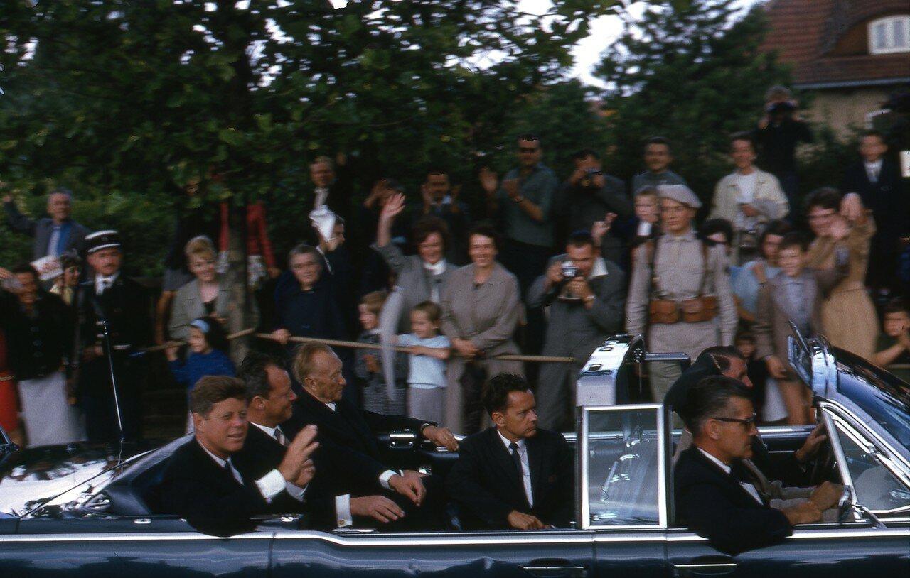 26 июня 1963. 26 июня 1963. Джон Кеннеди, Конрад Аденауэр и и бургомистр Западного Берлина Вилли Брандт в берлинском аэропорту