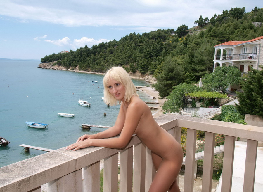 Блондинка на балконе (20 фото)