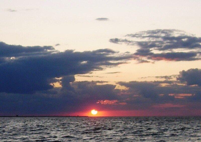 Ахтарский закат, Солнце красное....