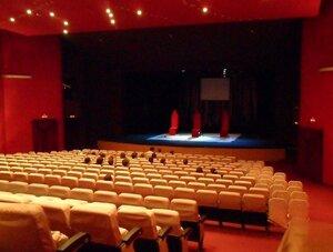 Зрительный зал и сцена Пятого театра