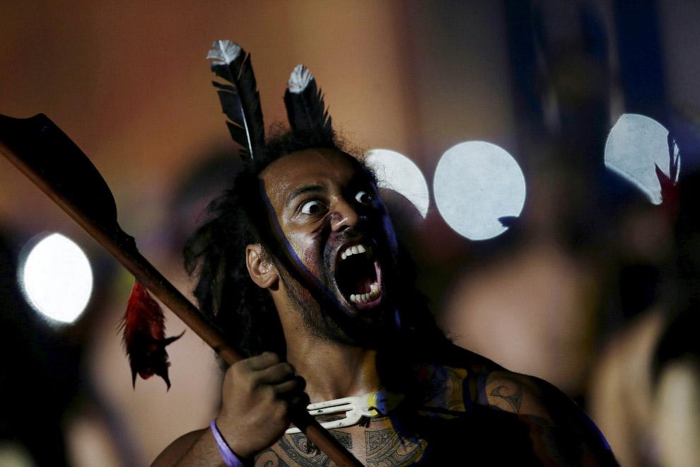 8. Коренной народ Бразилии с луком, огнем и стрелами на церемонии открытия Игр, 23 октября 2015. (Фо