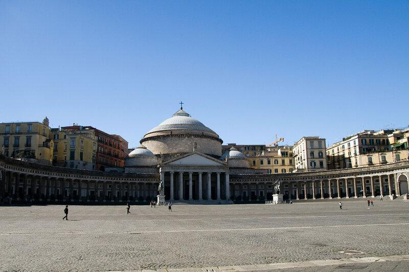 В Неаполе мы встречаем Королевский дворец