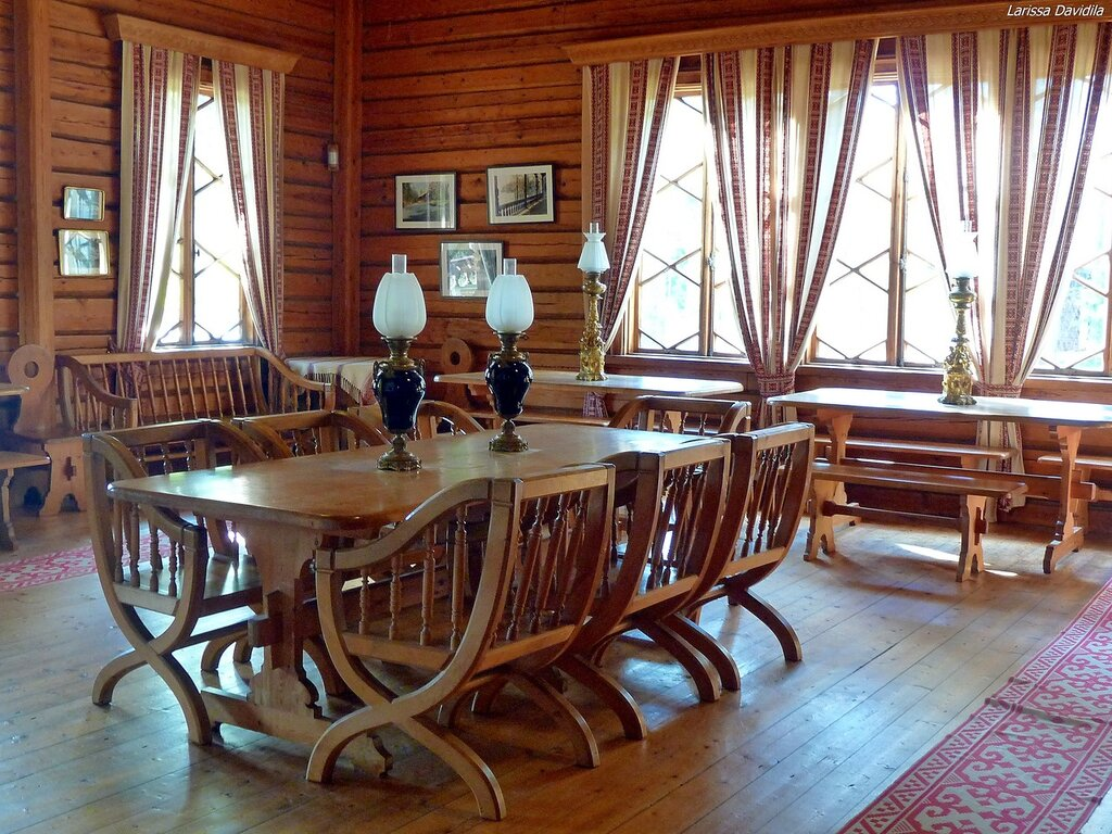 Зала в рыбацком домике-даче императора.