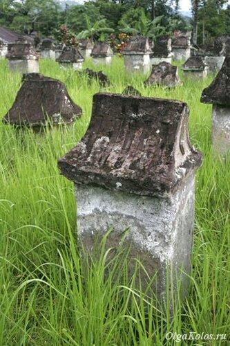 Древнее кладбище в Аирмадиди
