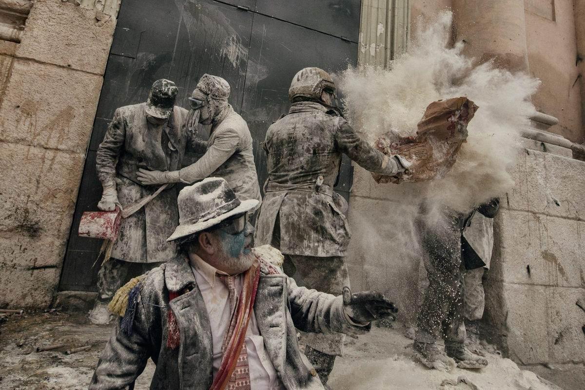 В мучном дыму и под градом яичных пуль: Новогодний беспредел по-испански