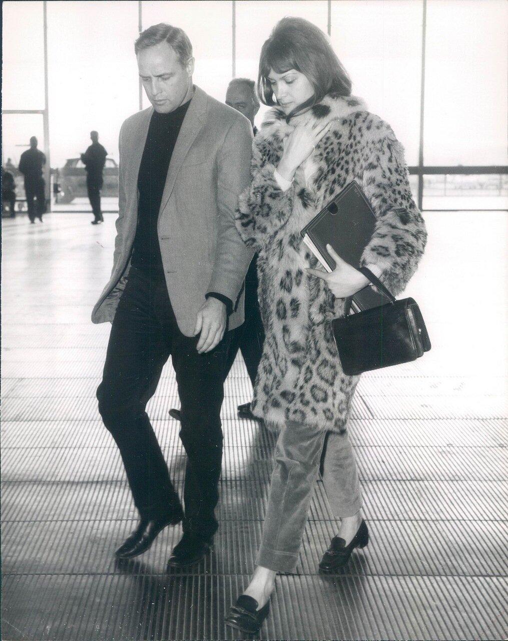 1967. Марлон Брандо в Риме с неопознанной девушкой