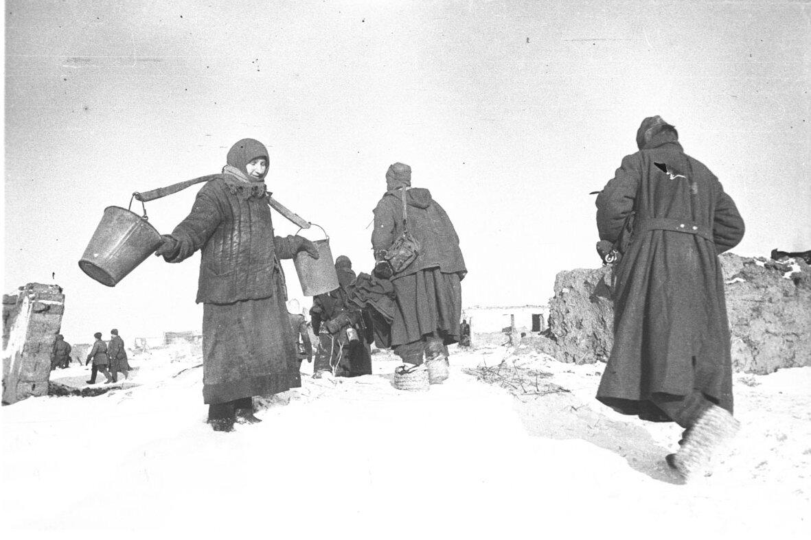 1943. Сталинград, немецкие военнопленные проходят мимо женщины с пустыми ведрами. Удачи не будет.