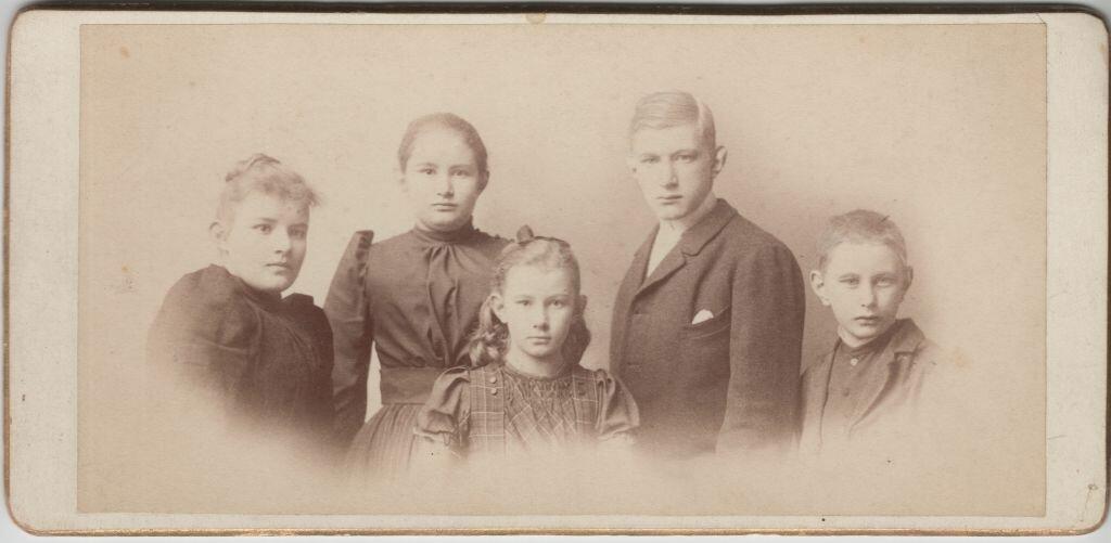 Гвидо Майделл со своими сестрами Кэт, Мари и братом Александром в Ревеле
