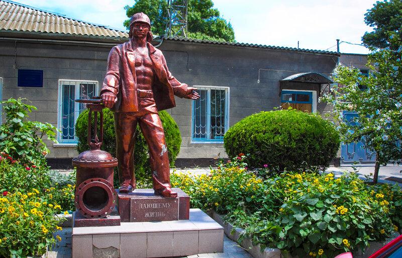 Памятник водопроводчику в Евпатории