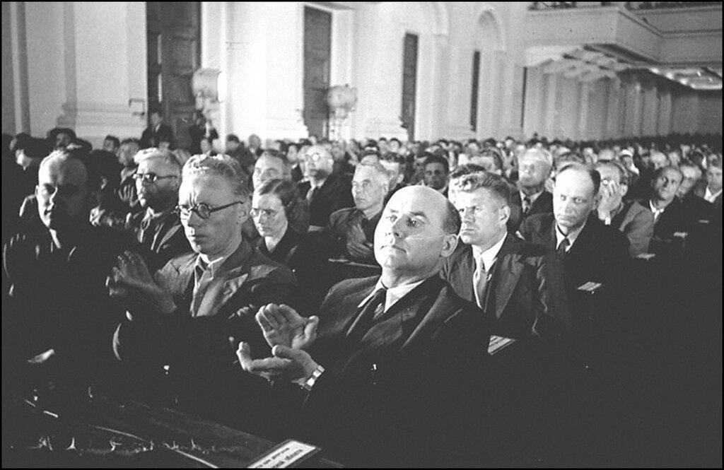 Делегация Эстонии на сессии Верховного Совета СССР в Кремле. На первом плане: И.Варес, И.Лауристин, Руус. Москва. 1940 г.