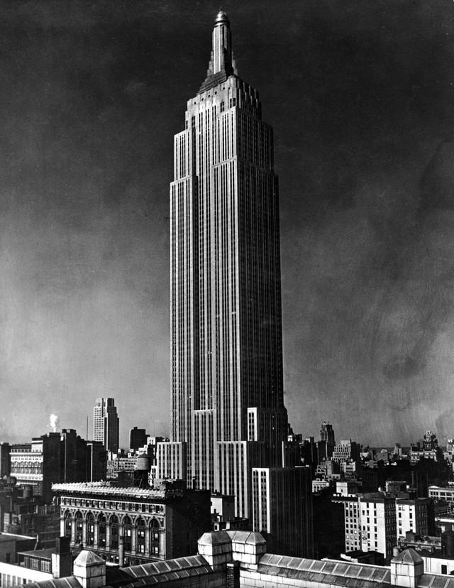 За всю историю небоскреба здесь было совершено более 30 самоубийств. Первая трагедия произошла сразу