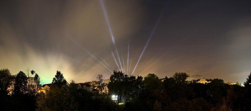 Панорама противоположной стороны оврага Засора и огней в небе августовской ночью IMG_7740_IMG_7742_panorama