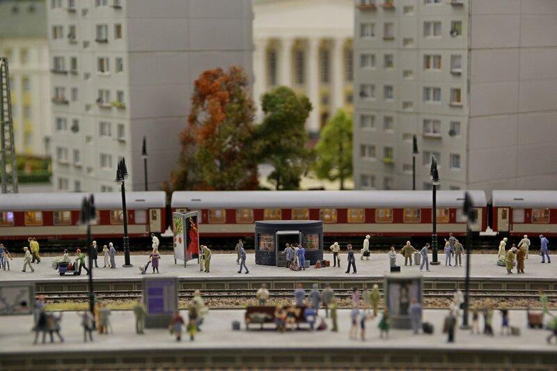 Гранд макет: пригородная платформа и электричка. Ожидающие посадки пассажиры: море характеров