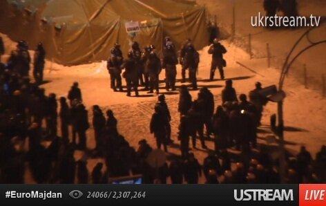 Спецназ охраняет палатки на Институтской