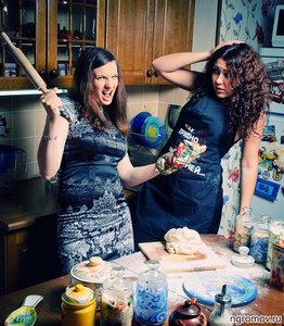 Эпизод на кухне (кухня, мука, пара, скалка)