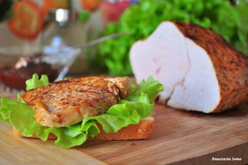 Пастрома из индейки с аджикой (бутерброд)