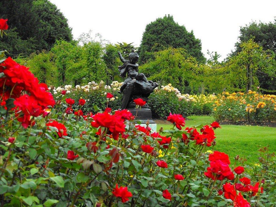 Рядом с Садом роз находится очень красивая композиция в японском стиле, которая включает в себя водоем с островом...