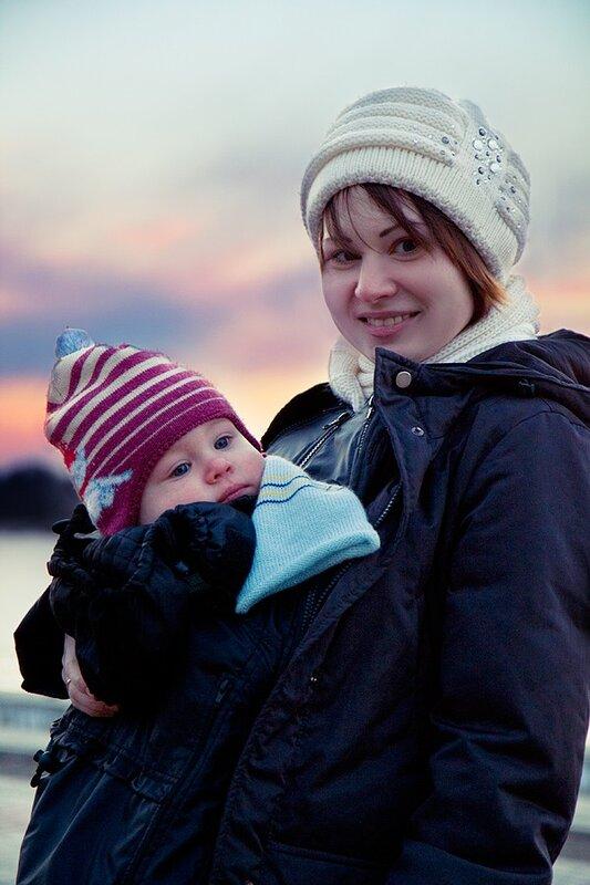 Мама Настя и слингосын Мишутка на фоне заката. г.Астрахань.