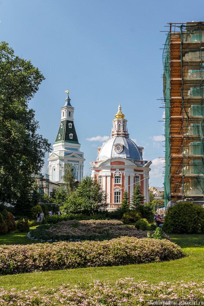 Смоленский храм и Каличья башня.