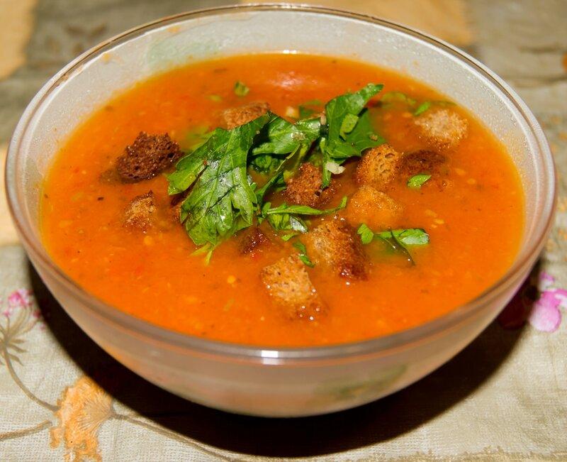 Легкий томатный суп с сухариками