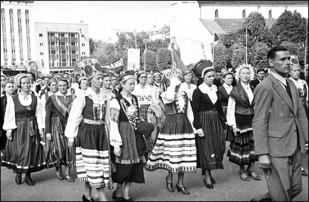 Группа демонстрантов в национальных костюмах во время демонстрации, посвященной принятию Эстонии в состав СССР. Таллинн. Август 1940 г.