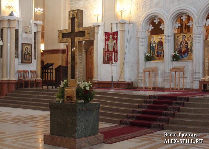 Деревянный крест в храме